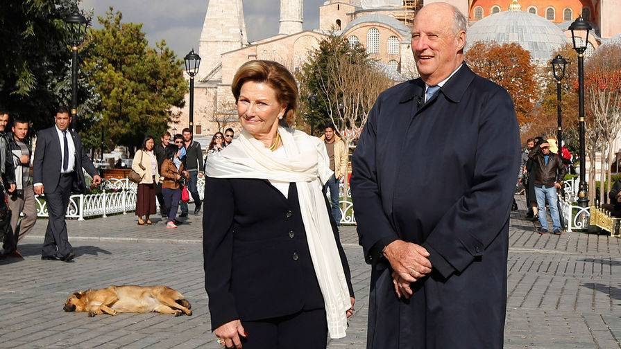 Король и королева Норвегии привились от коронавируса