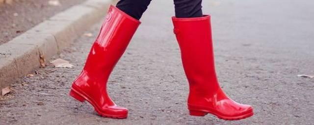 В повседневные образы добавят красок яркие сапоги и ботинки