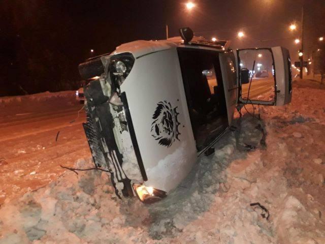 В Кузбассе Lada столкнулась с ВАЗом и врезалась в ограждение, есть пострадавшие