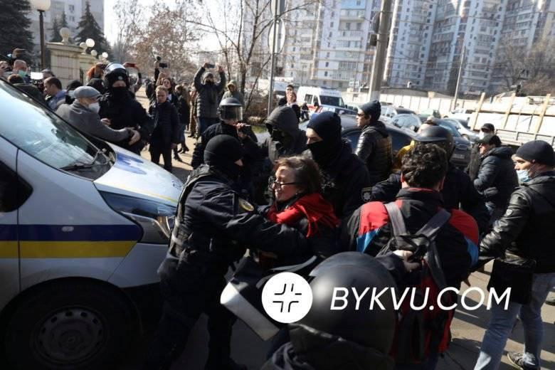 Толкотня и заблокированные выезды: как Стерненко вывозили из зала суда – фото и видео