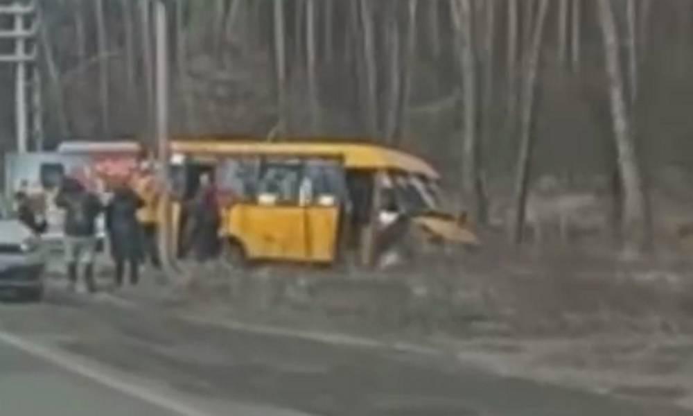 Маршрутка с пассажирами слетела с дороги под Киевом, видео: съехалась скорая и полиция