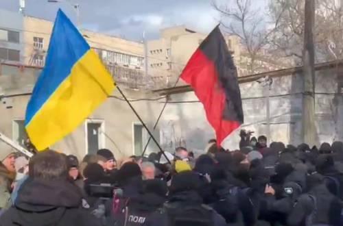 Сторонники Антоненко в Киеве брали штурмом автозак у здания суда