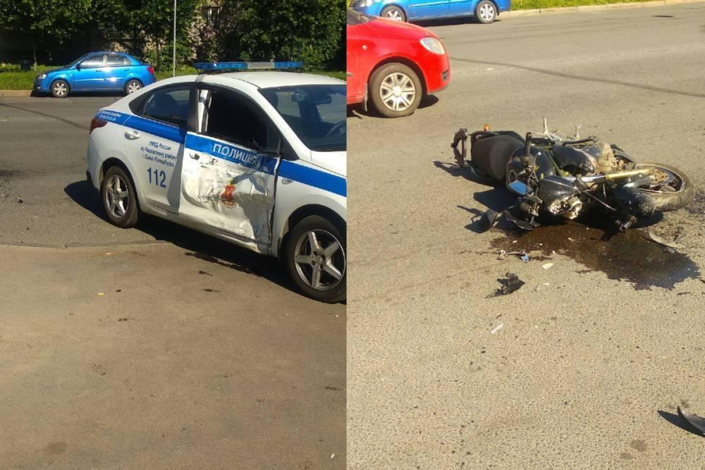Мотоциклист на скорости влетел в патрульный автомобиль в Кировском районе Петербурга