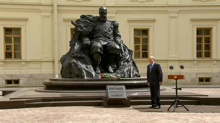 """""""Человек-скала"""". Путин оценил памятник Александру III в Гатчине"""