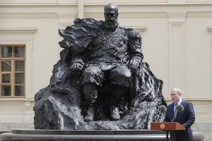 Ошибку на памятнике Александру III в Ленинградской области исправили