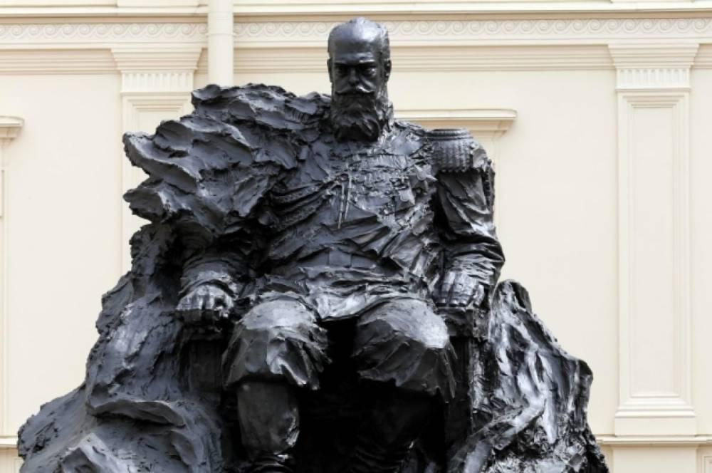 На памятнике Александру III исправили ошибку