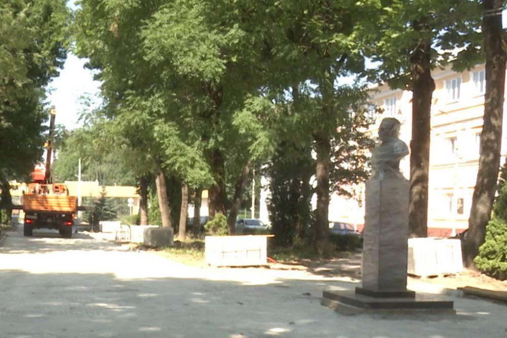 В Смоленске продолжают благоустраивать сквер Клименко: выполнено 50 процентов работ