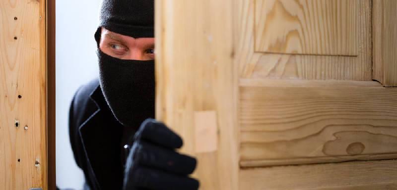 В Ярцевском районе полицейские задержали рецидивиста из Новгородской области