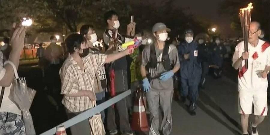 В Японии женщина попыталась потушить Олимпийский огонь с помощью водяного пистолета (видео)