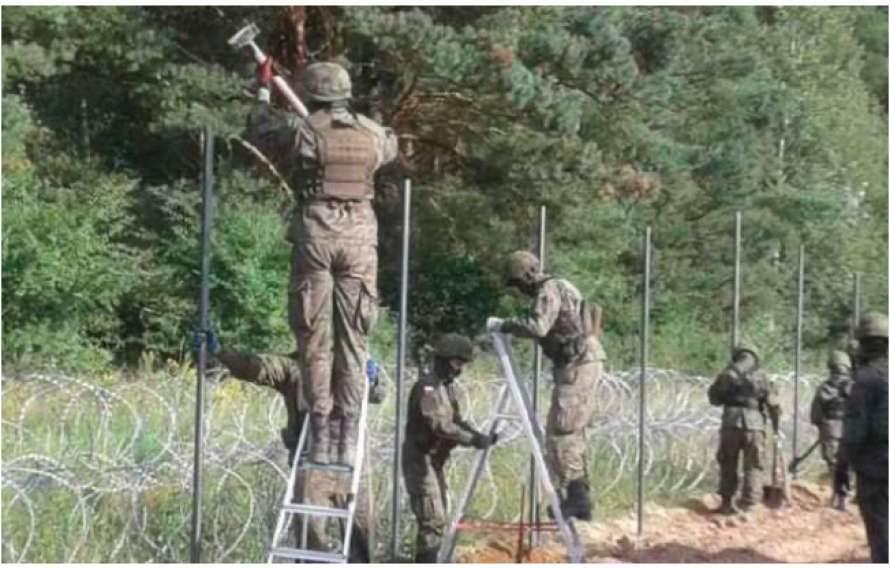 Поляки начали строить забор на границе с Беларусью