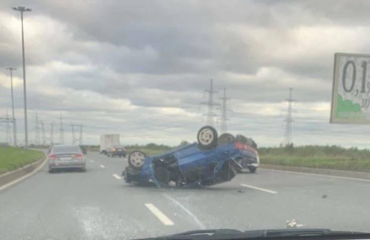 Штормовой ветер в Петербурге перевернул автомобиль