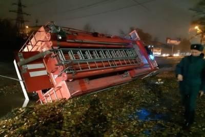 В Новосибирске пожарная машина свалилась в канаву