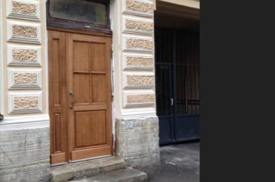 Петербуржцы пожаловались на новую дверь в историческом здании