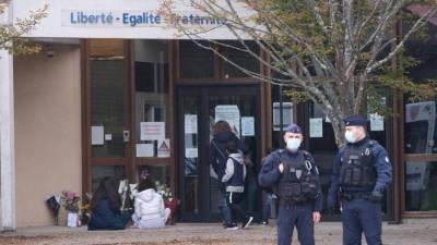 В российском посольстве во Франции открестились от чеченца, обезглавившего учителя