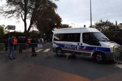 Во Франции заявили, что учителя возле Парижа обезглавил 18-летний уроженец Москвы