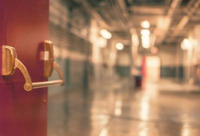 Мигрант с ножевым ранением сбежал из больницы в Петербурге