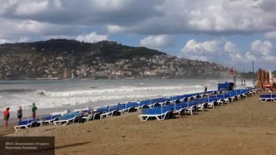 Ураган опрокинул остановку на человека в Турции