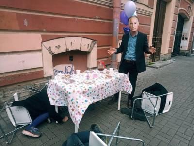 В Петербурге задержан активист, участвовавший в чаепитии у дома, где жил Путин