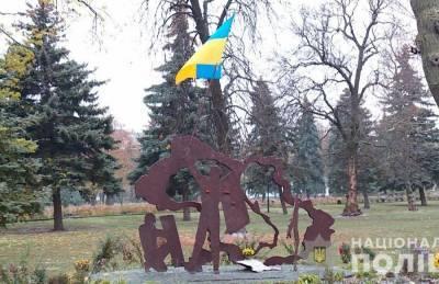 На Киевщине мужчина надругался над украинским флагом около скульптуры Героям Небесной Сотни