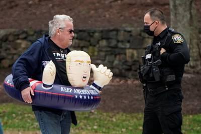 Сторонник Трампа подышал на женщин и получил обвинение в нападении