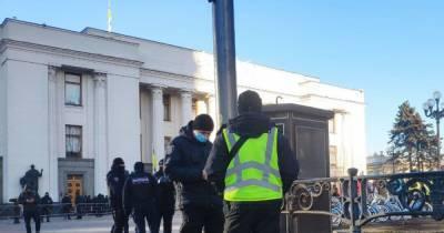 Под Верховной Радой митинг ФЛП: в парламенте будут рассматривать вопрос выплат 8 тыс. грн