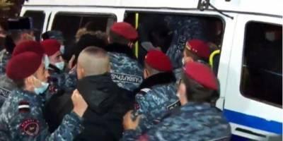 Отставка Пашиняна. В Ереване протестующие перекрыли дороги, более 30 человек задержаны