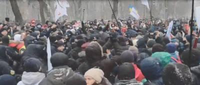 Под Верховной Радой начались столкновения протестующих предпринимателей с полицией (видео)