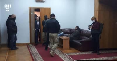 В Запорожье депутаты облсовета опять не смогли выбрать главу. Неизвестные не пропускали часть депутатов на заседание