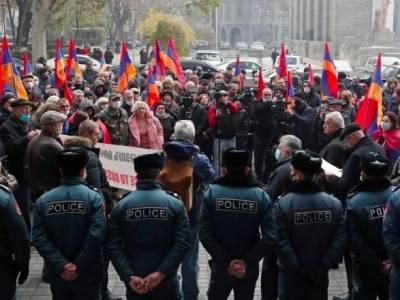 Нагорный Карабах: в Ереване тысячи людей поминают погибших и требуют отставки Пашиняна