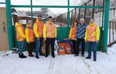 Волонтеры Южно-Сахалинска передали приюту для животных 150 килограммов кормов