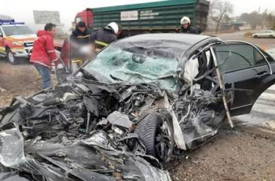 На Запорожье грузовик смял легковушку: есть погибшие