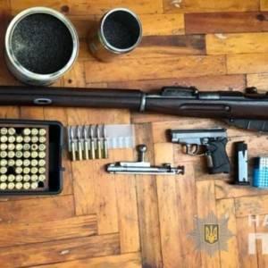 У жителя Запорожья, фигурирующего в уголовном производстве, нашли оружие. Фотофакт