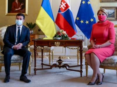 Президент Словакии выбрала необычную маску для встречи с Зеленским