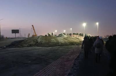 Пешком идут ростовчане с работы из-за закрытия моста Малиновского