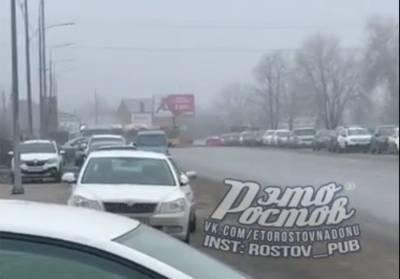 Ростовчане массово бросают автомобили у моста Малиновского и идут пешком