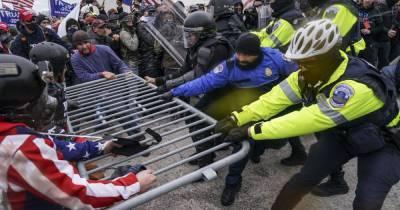 Штурм Капитолия США: двое полицейских отстранены, еще десять находятся под следствием