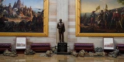 Десятки бойцов Нацгвардии спят на полу Капитолия, пока Палата представителей обсуждает импичмент Трампа — фоторепортаж