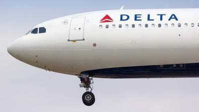 Авиакомпания США включила почти 900 пассажиров в черный список