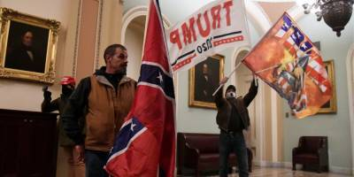 Штурм Капитолия: арестован мужчина, который держал в руках флаг Конфедерации — CNN