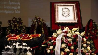 """""""Обязательно встретимся"""": вдова Грачевского разрыдалась на похоронах"""