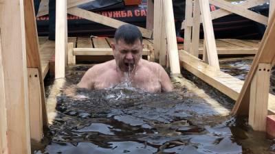 Врач рассказал о вероятности заразиться COVID-19 на крещенских купаниях