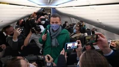 СМИ рассказали о вакханалии на борту с Навальным