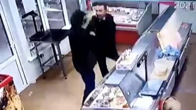 В Волгограде вооруженного грабителя в магазине обезвредил муж продавщицы