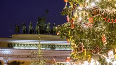 Руфер забрался на главную новогоднюю ёлку Петербурга