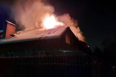 Дедушка с маленьким внуком на руках спасался из горящего дома в Смоленской области