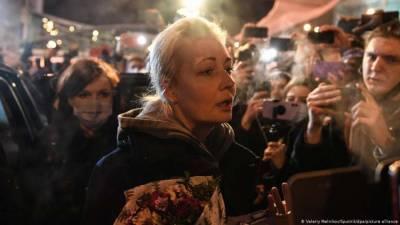 Стражи режима Путина не смогли придумать повод для задержания супруги Навального и отпустили ее