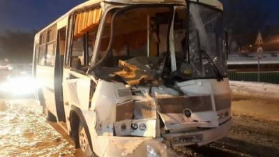 В Башкирии автобус врезался в грузовик: есть пострадавшие