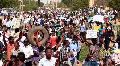 В Судане тысячи протестующих вышли на улицы столицы с требованиями создать гражданское правительство