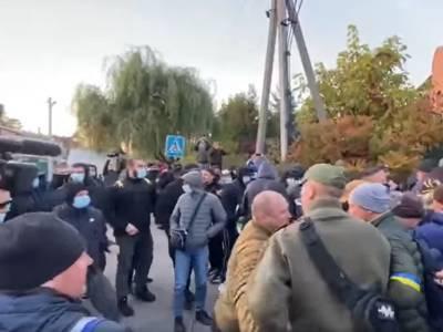 """Возле дома Порошенко в Козине пытались """"начать толкотню"""". В полиции назвали акцию мирной"""