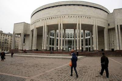 В Петербурге у Российской национальной библиотеки прошла акция по высадке кленов